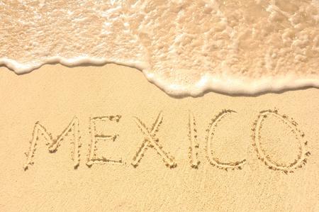Le Mexique mot écrit dans le sable, sur une plage Banque d'images - 9231126