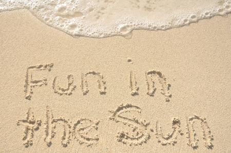 해변에서 모래에 쓰여진 태양의 재미있는 단어 스톡 콘텐츠 - 9272950