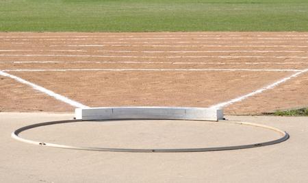 shot put: Anillo de lanzamiento de peso y campo con tiza l�neas Foto de archivo