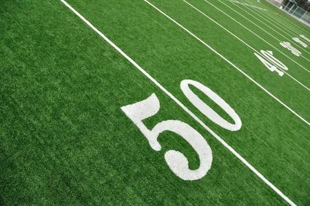 Bovenaanzicht van 50 Yard lijn op American Football Field met kunstgras Stockfoto