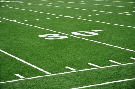 terrain foot: 30 Yard Line sur le terrain de football am�ricain avec des hachures et Sideline Banque d'images