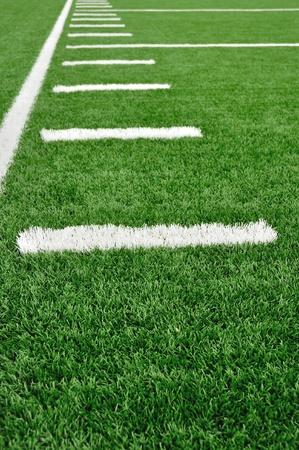 terrain foot: Sideline sur un terrain de football am�ricain avec des marques de hachage Banque d'images