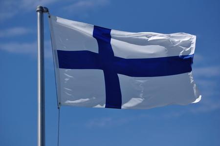 finland�s: La bandera de Finlandia ondeando en la brisa Foto de archivo