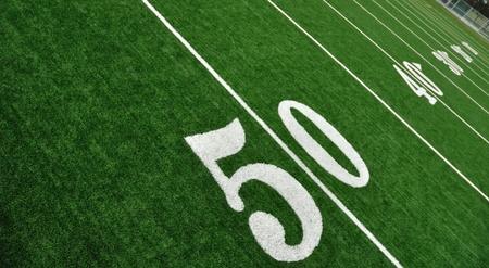 campo di calcio: Vista dall'alto di 50 Linea Yard sul campo da football americano in erba sintetica Archivio Fotografico