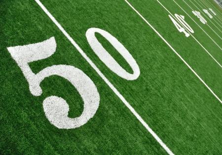 terrain foot: Vue de dessus de 50 Yard Line sur le terrain de football am�ricain avec le gazon artificiel Banque d'images