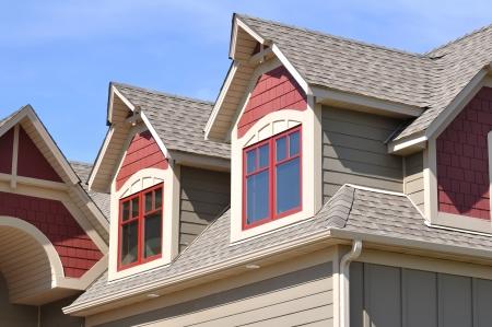 shingles: Dormers Gable y el techo de la casa residencial Foto de archivo