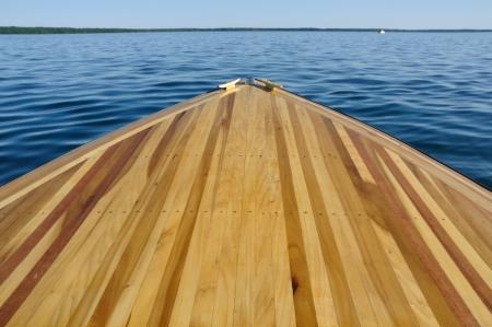 caoba: Madera cubierta de proa Faja del barco de madera con ?lamos y caoba Foto de archivo