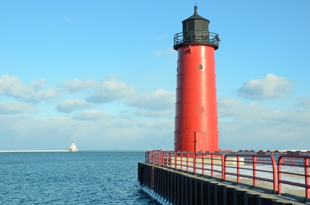 lake michigan lighthouse: Milwaukee Pierhead Con rompeolas de luz en la distancia Situado en el lago Michigan en Wisconsin Foto de archivo