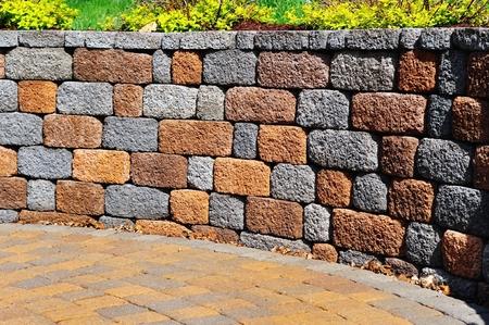 Stützmauer und Patio mit Landschaftsbau und Fertiger Standard-Bild - 54488984