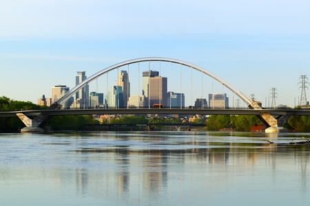 Lowry Avenue Bridge mit Minneapolis, Minnesota Skyline Standard-Bild - 56586443