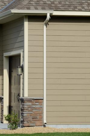 Downspout en Gutters op een woonhuis Stockfoto