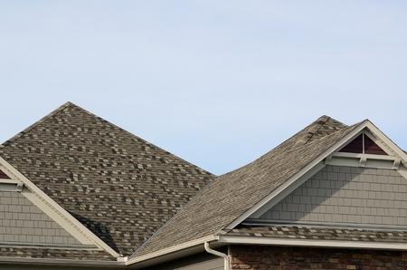shingles: Tejas de asfalto sobre una cubierta a cuatro aguas con Gable de techado de una casa residencial