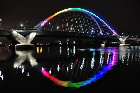 オーランド犠牲者の名誉に虹色に点灯しているミネアポリスのロウリー ・ アベニュー橋 写真素材