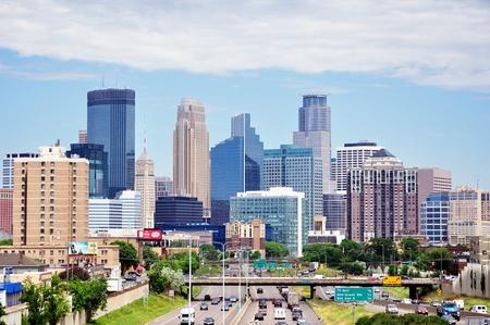 晴れた朝にミネアポリス、ミネソタ、アメリカ合衆国 - 2016 年 6 月 30 日: ミネソタ州ミネアポリス ダウンタウンのスカイライン