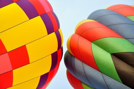 カラフルな熱気球のペア