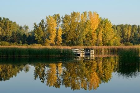 釣りドックと湖に映る紅葉
