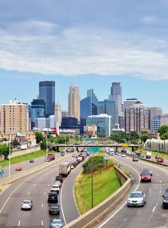 ミネアポリス、ミネソタ、アメリカ合衆国 - 2016 年 6 月 30 日: ミネソタ州ミネアポリス ダウンタウンのスカイラインでトラフィックが州間幹線道路 3 報道画像