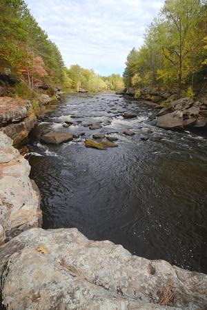 「やかん川に沿って秋色砂岩、ミネソタ州の近くでバニング州立公園