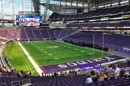 MINNEAPOLIS, MN, USA - 24 juli 2016: Binnenland van Minnesota Vikings US Bank Stadium in Minneapolis op een zonnige dag Redactioneel