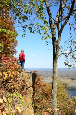 Man Standing on a Cliff Above the Mississippi River Valley in the Fall Banco de Imagens