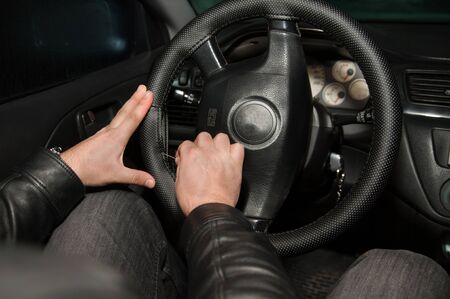 Hands sewing leather steering wheel Stockfoto