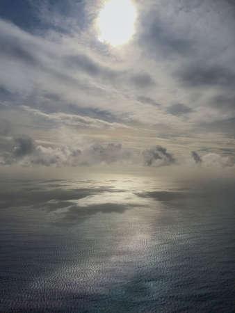 Blick vom Flugzeug zum Atlantik Standard-Bild - 80703709