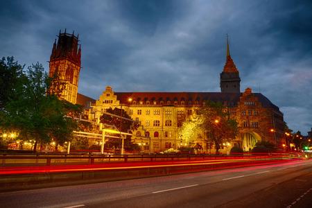 Het stadhuis van Duisburg in Duitsland 's nachts