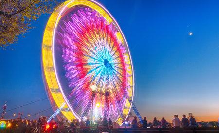 Colorful ferris wheel in motion Redactioneel