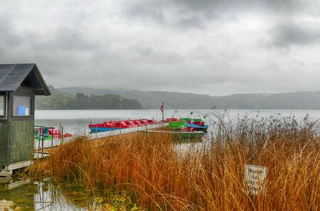 View at Lake Laach and a landing stage in the Eifel region in autumn 스톡 콘텐츠