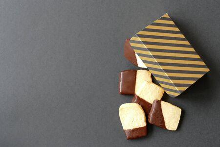 Mandelgebäck mit Schokoladenglasur