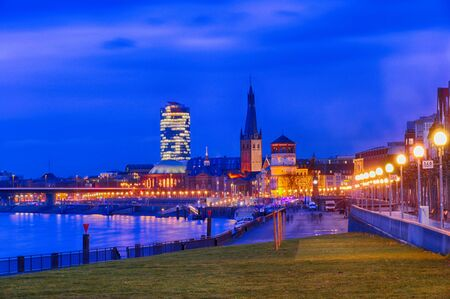 Promenade and skyline of Duesseldorf by the Rhine at night Imagens