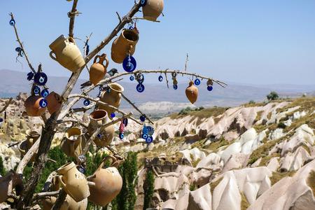 b�se augen: Ein Baum mit nicht-kommerzielle Evil Eyes in Kappadokien Evil Eye dekoriert ist eine t�rkische traditionelle Verzierung aus dem Heidentum