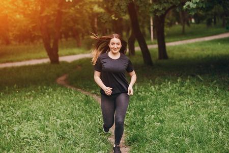 salud y deporte: Fitness niña camina en el parque y participa en diversos ejercicios con pesas y colchoneta