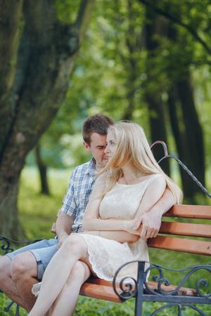 belles jambes: couple d'amoureux parc à pied, embrassant HD SUMMER Banque d'images