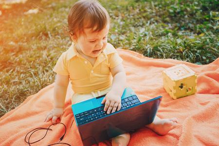 familie picknick op een goed moment. maakt gebruik van de communicatiemiddelen. zitten in cafe Stockfoto