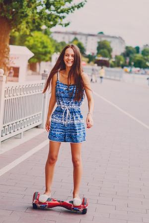 Schönes Mädchen ist zu Fuß in die Stadt und bewundern gute Lage Standard-Bild - 67343683