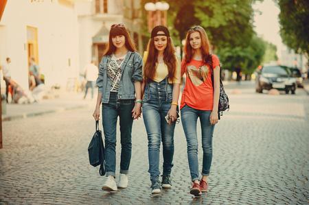 tres chicas jóvenes caminando en el parque