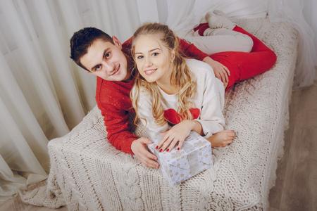 Coppia di innamorati che decora l'albero di Natale Archivio Fotografico - 90744050