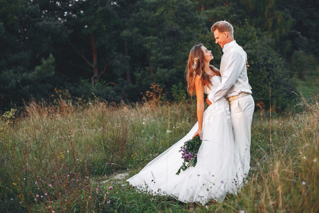 Beautiful wedding couple in a summer field 版權商用圖片