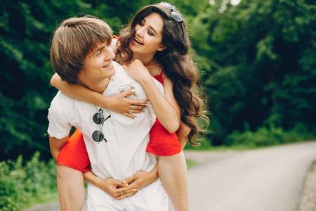 Urocza para w letnim parku