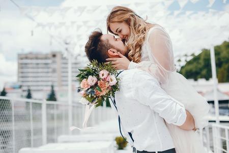 Bella novia con su marido en un parque