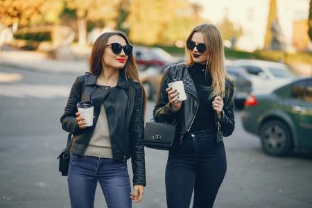 filles dans une ville