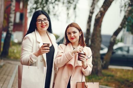 les filles adorent faire du shopping Banque d'images