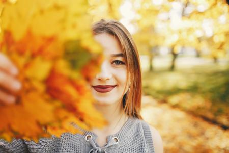 cute girl in a autumn park 스톡 콘텐츠