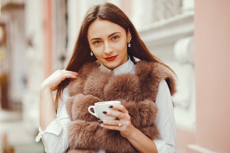 Schönes Mädchen trinkt Kaffee