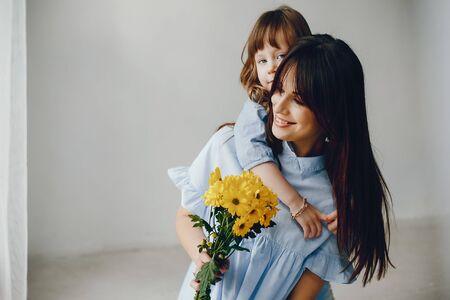 家で小さな子供を持つ母親 写真素材