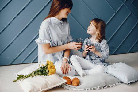 Mutter mit kleinem Kind zu Hause