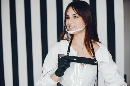 Mujer elegante con herramienta para cejas