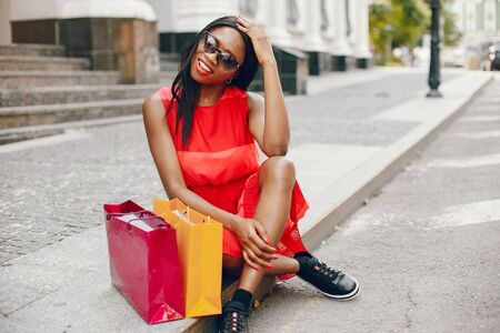 Beautiful black girl with shopping bags in a city Banque d'images
