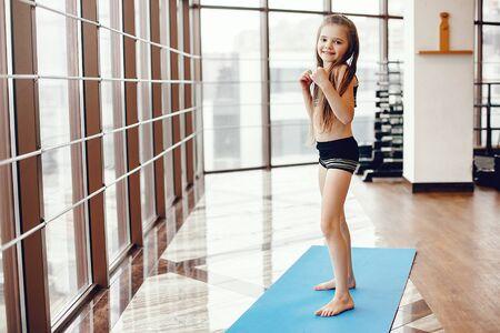 Een mooi meisje houdt zich bezig met een sportschool Stockfoto